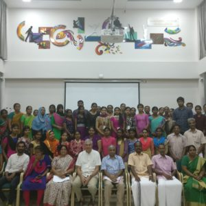 Entrega de becas a estudiantes en Rajagiri OutReach con sus padres, directora Smt.Meena Kuruvila, coordinador KU Ranjith y patrones B Jayaraj y Albert Pèlach